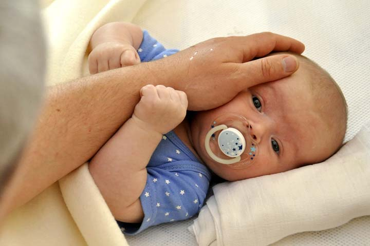 How Avoiding Eye Contact With Your Baby Helps Her In Falling Asleep